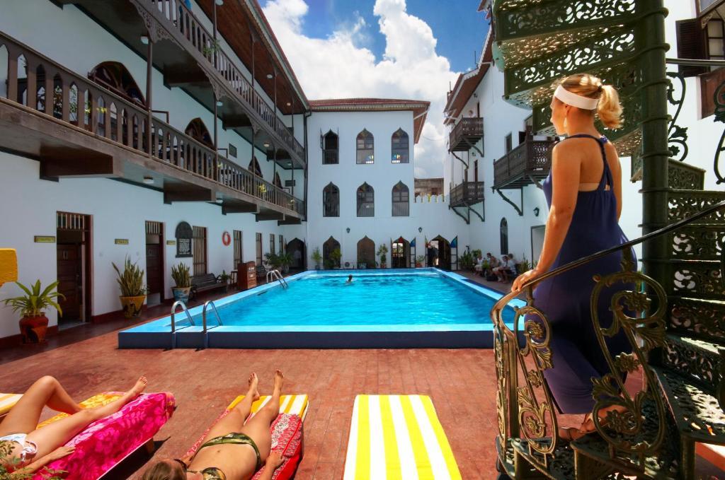 Het zwembad bij of vlak bij Tembo House Hotel