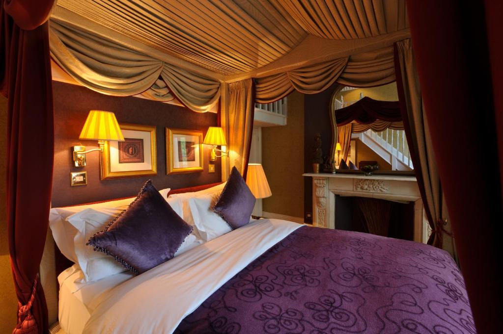A bed or beds in a room at The Colonnade