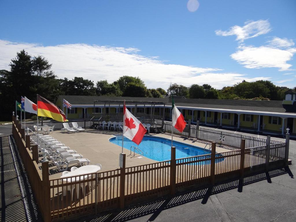 A view of the pool at Jonathan Edwards Motel or nearby