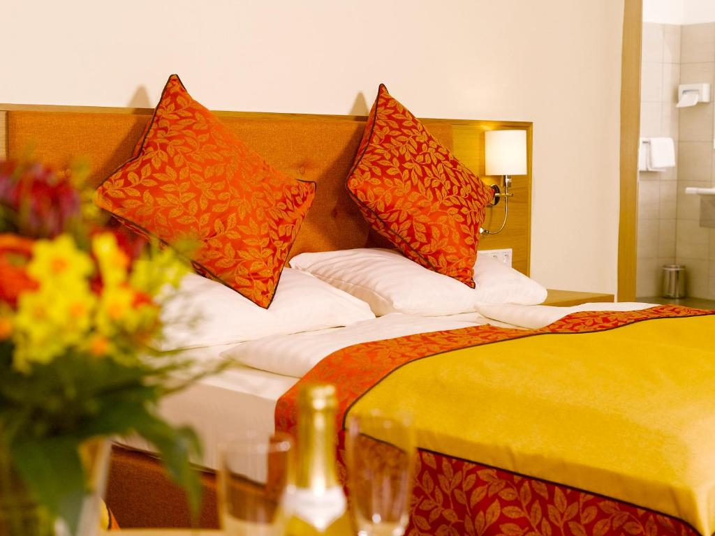 A bed or beds in a room at Hotel Drei Raben
