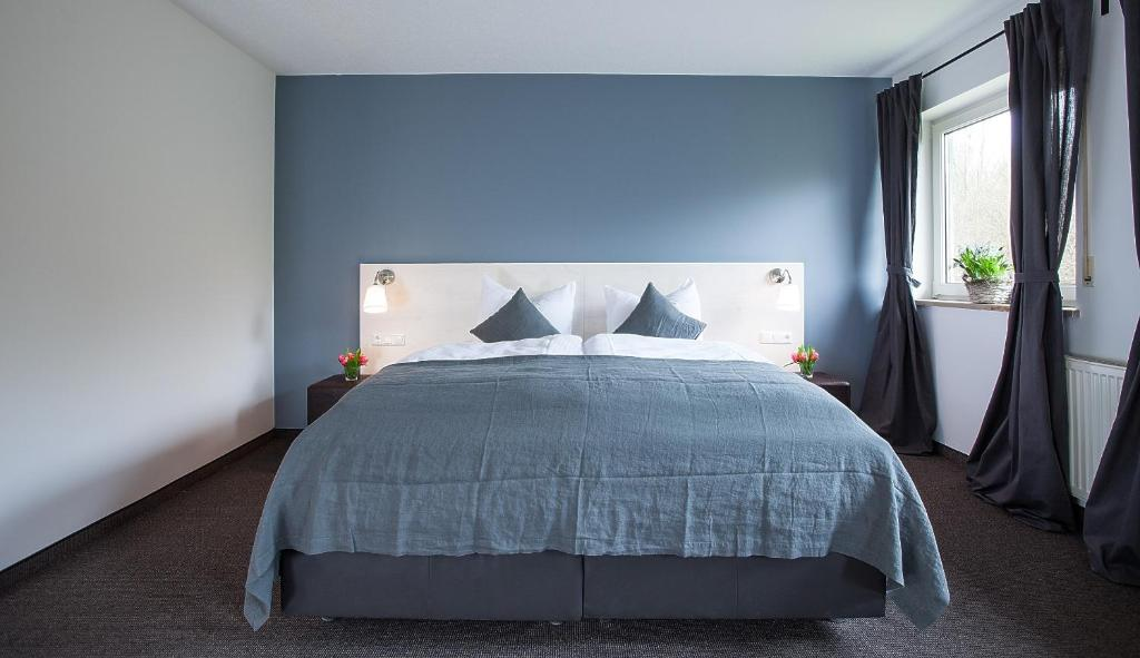 A bed or beds in a room at Alpenglühen Smart Hotel