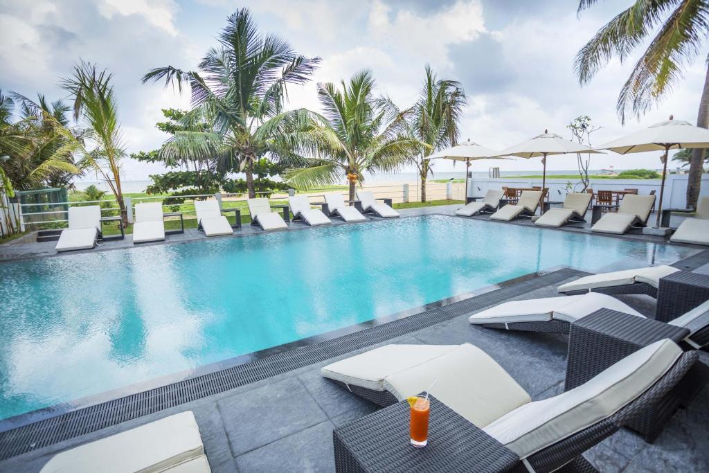 Basen w obiekcie The Beach - All Suite Hotel lub w pobliżu