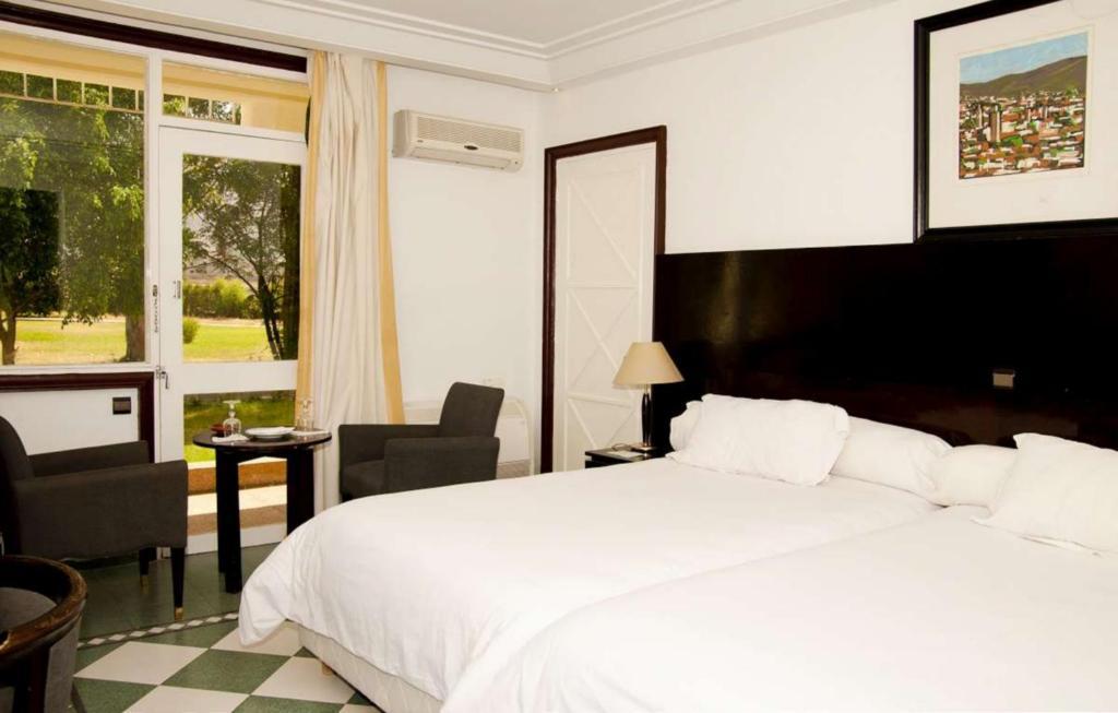 Łóżko lub łóżka w pokoju w obiekcie Hotel Ouzoud Beni Mellal