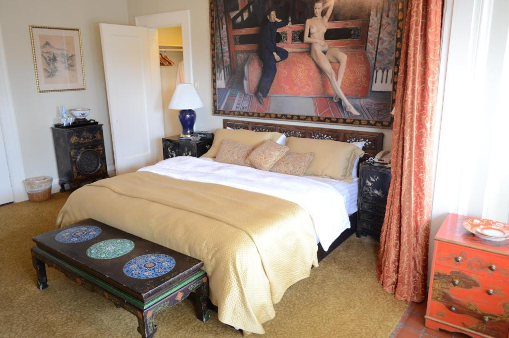 A bed or beds in a room at La Colombe d'Or