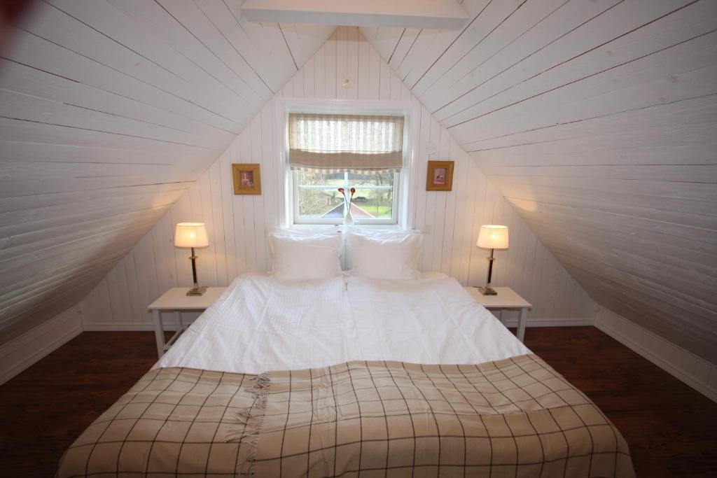 Säng eller sängar i ett rum på Hallagärde Gård