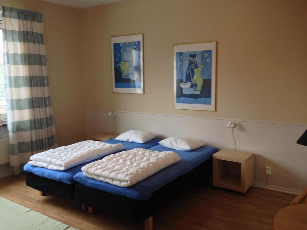 Säng eller sängar i ett rum på Bosses Gästvåningar