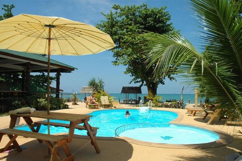 A piscina localizada em Ocean View Resort ou nos arredores