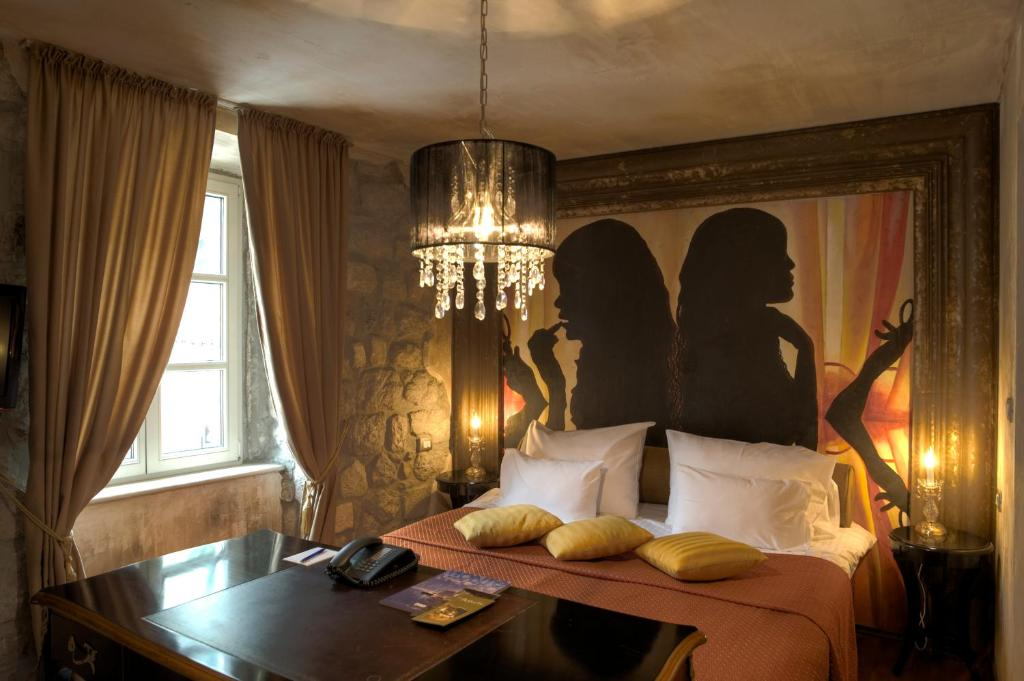 A bed or beds in a room at Boutique Hotel Astoria