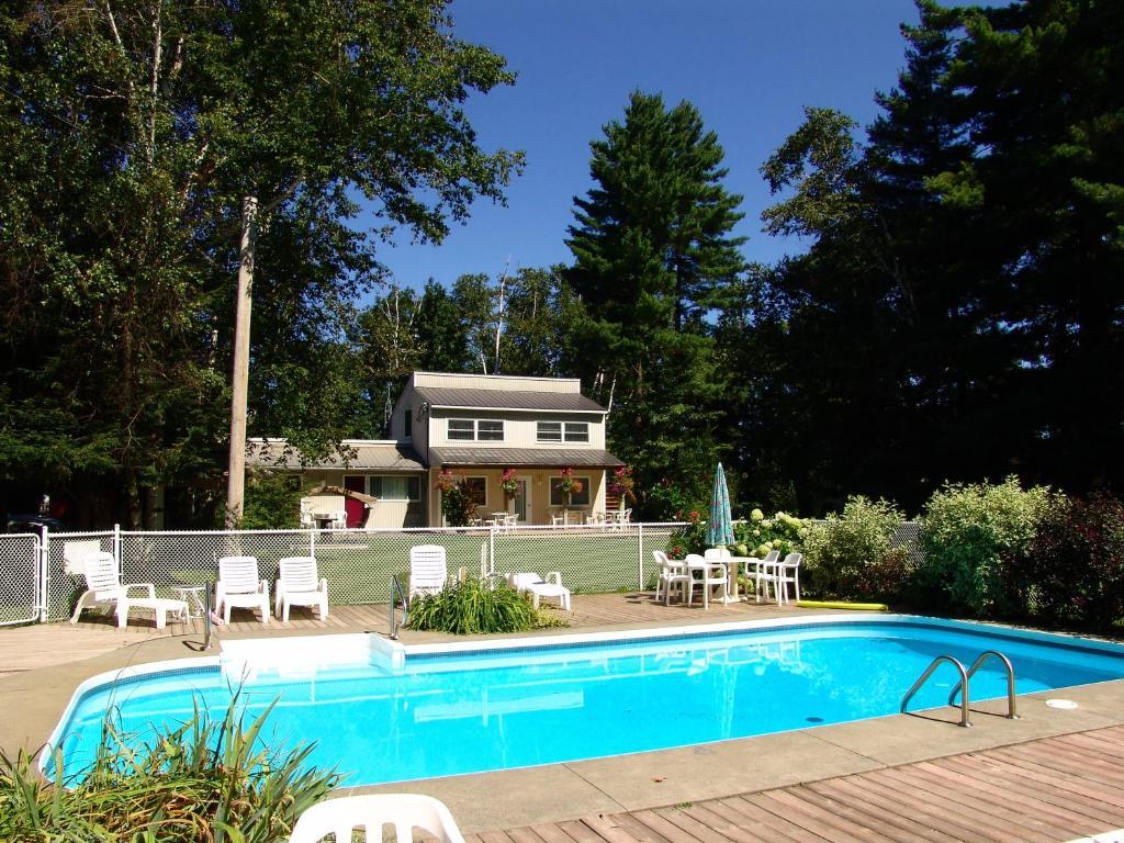 Piscine de l'établissement Chalets et Motel Lac Brome ou située à proximité