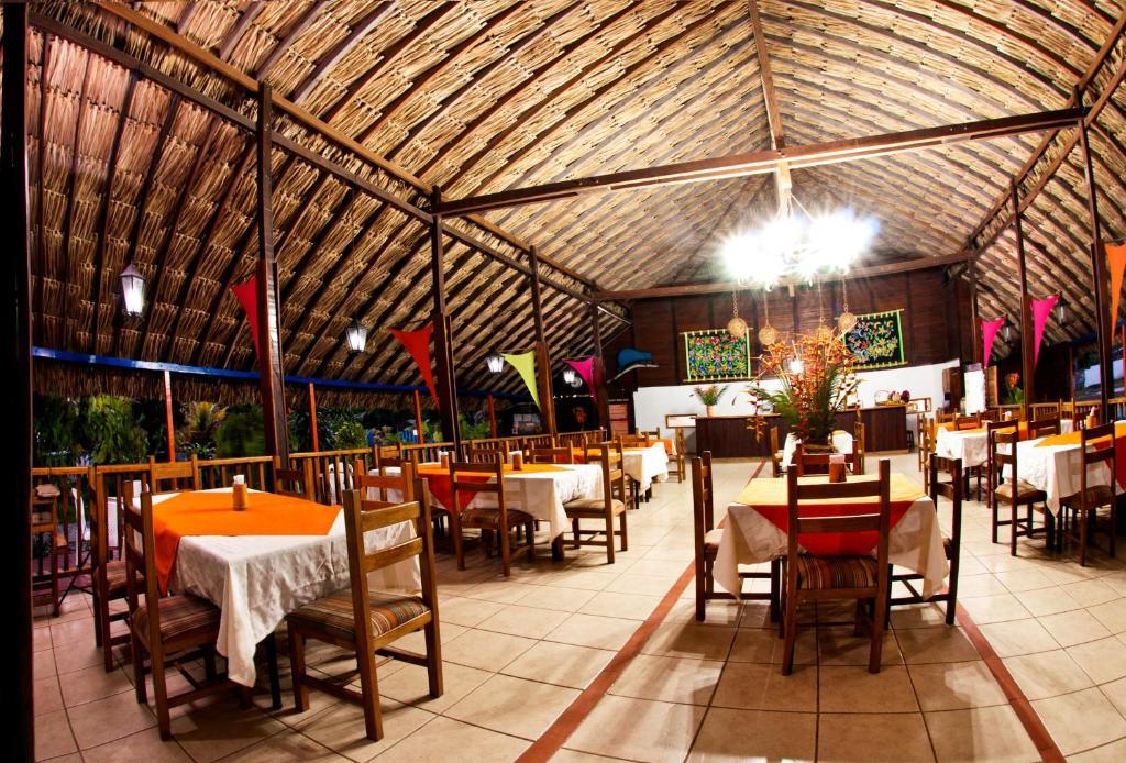 Un restaurante o sitio para comer en Tacarcuna Lodge