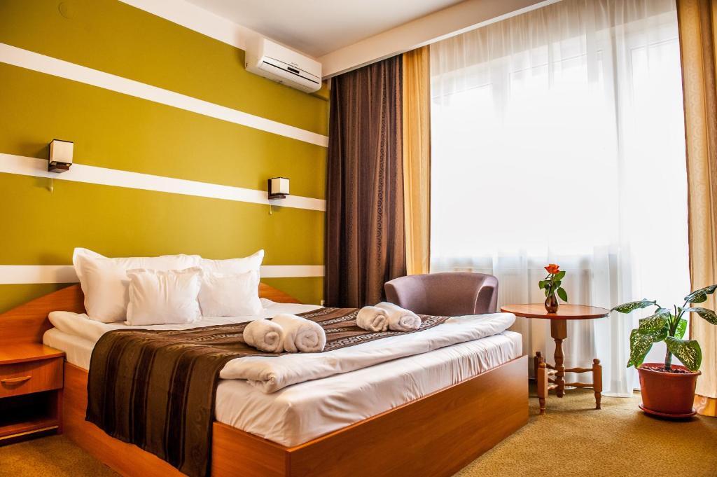 Un pat sau paturi într-o cameră la Hotel Class Hermannstadt