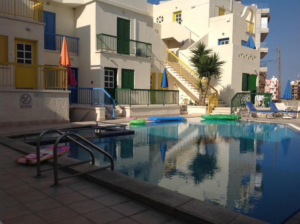 Bazén v ubytování Sea N Lake View Hotel Apartments nebo v jeho okolí