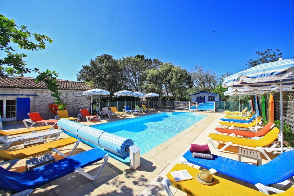 Der Swimmingpool an oder in der Nähe von Logis Hôtel de la Plage