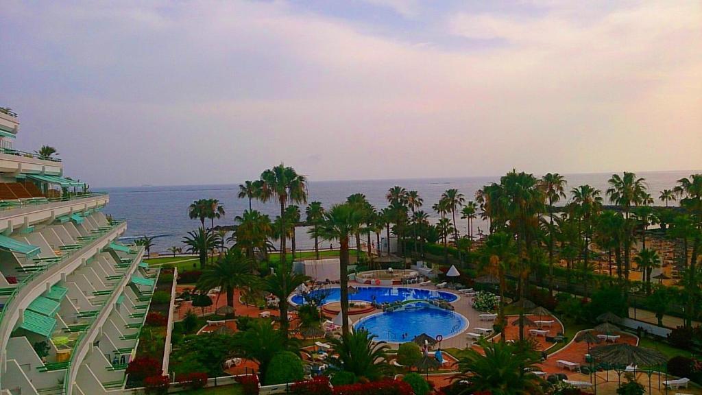 Uitzicht op het zwembad bij El Beril and Altamira apartments of in de buurt