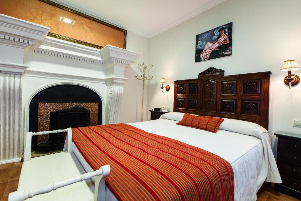 A bed or beds in a room at Hotel Palacio del Intendente