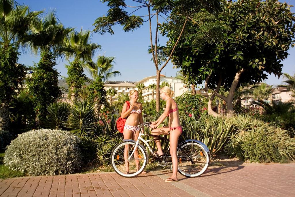 Катание на велосипеде по территории Riviera Hotel & Spa или окрестностям