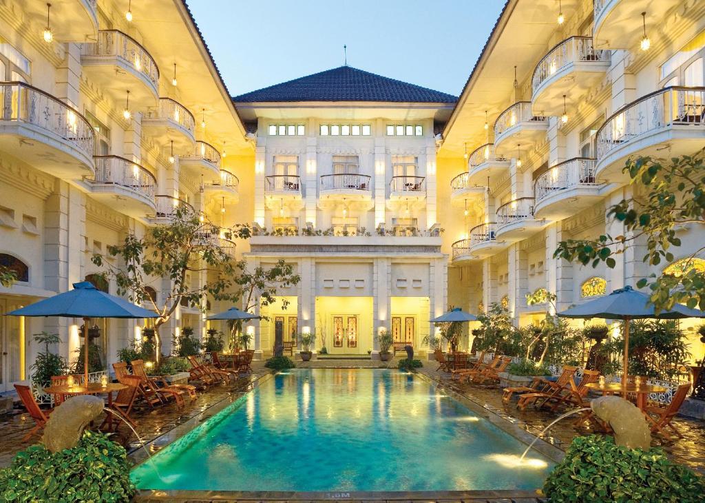 Het zwembad bij of vlak bij The Phoenix Hotel Yogyakarta - MGallery Collection