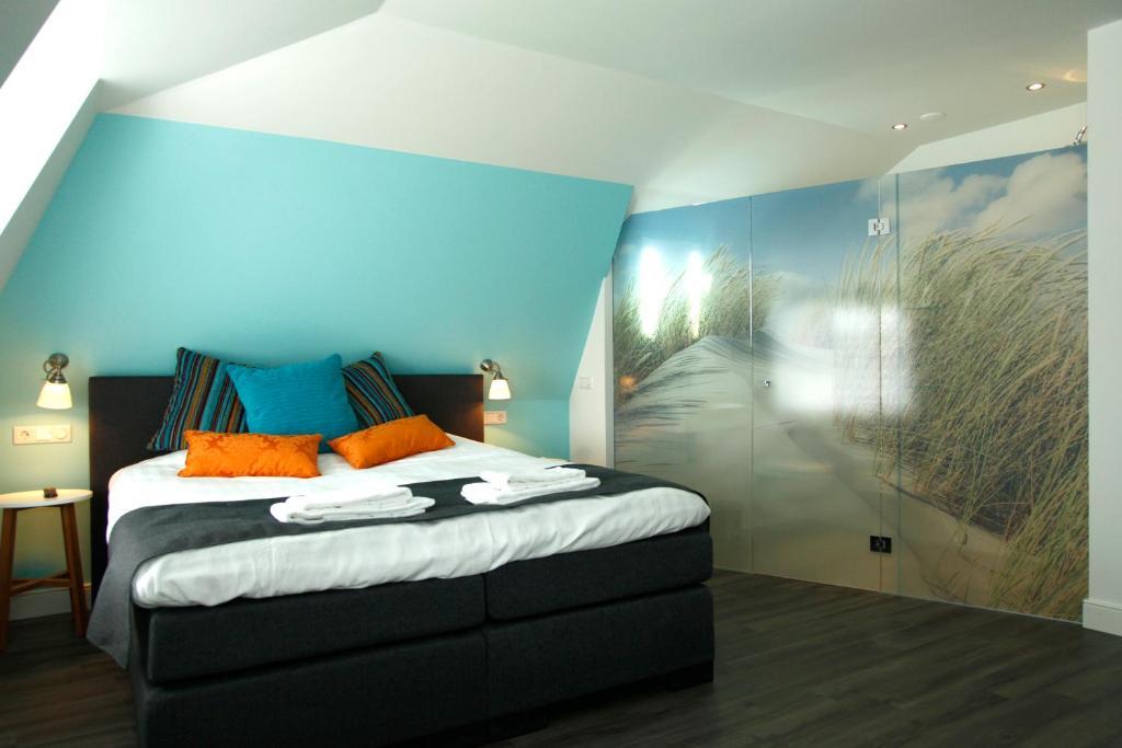Een bed of bedden in een kamer bij Hotel Brasserie Om de Noord
