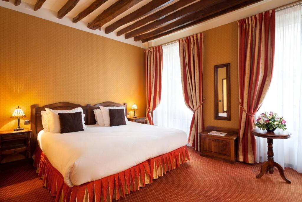 A bed or beds in a room at Amarante Beau Manoir
