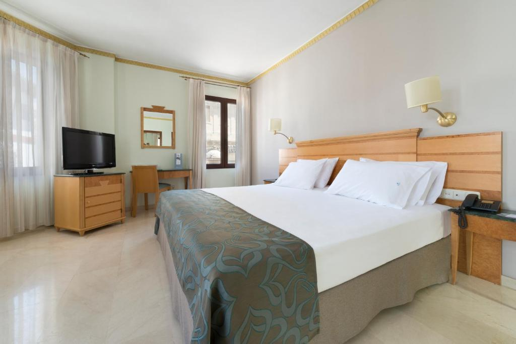A bed or beds in a room at Eurostars Maimonides