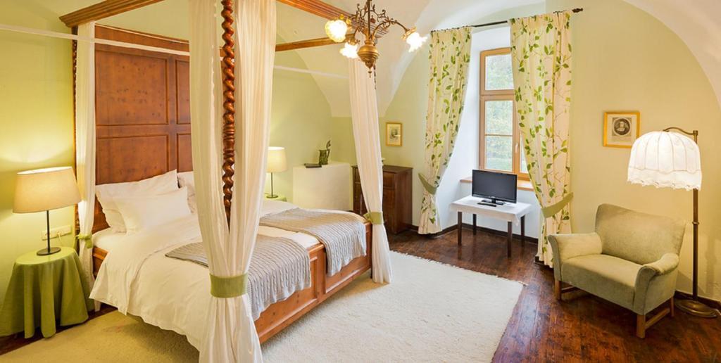 Ein Bett oder Betten in einem Zimmer der Unterkunft Schloss Ernegg