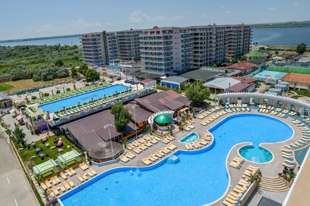 O vedere a piscinei de la sau din apropiere de Phoenicia Luxury Hotel