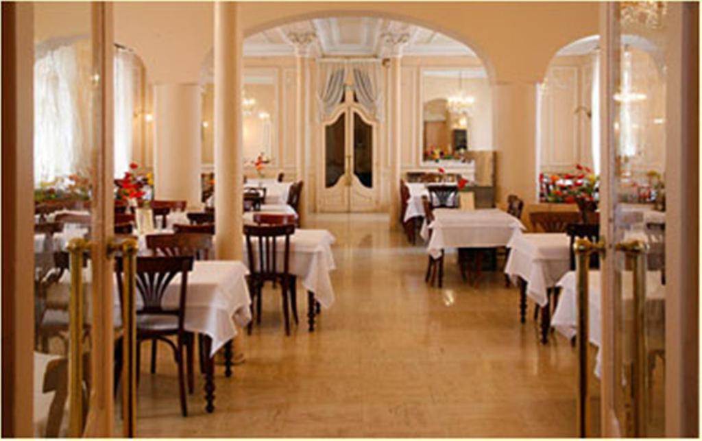 A restaurant or other place to eat at Hôtel Métropole