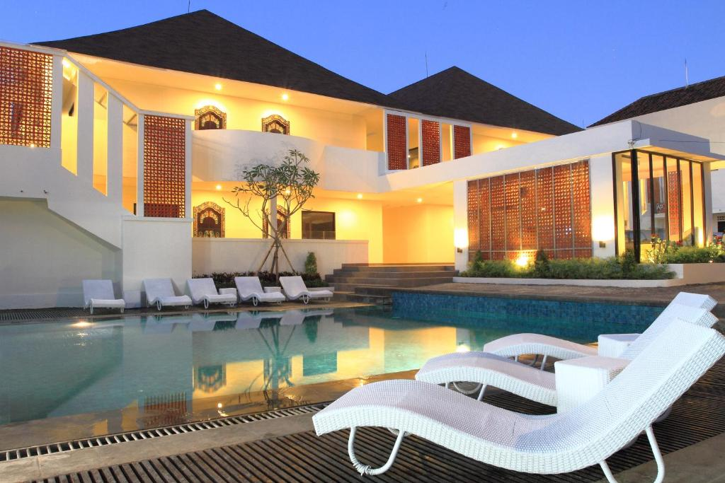 The swimming pool at or near Agung Putra Hotel & Apartment