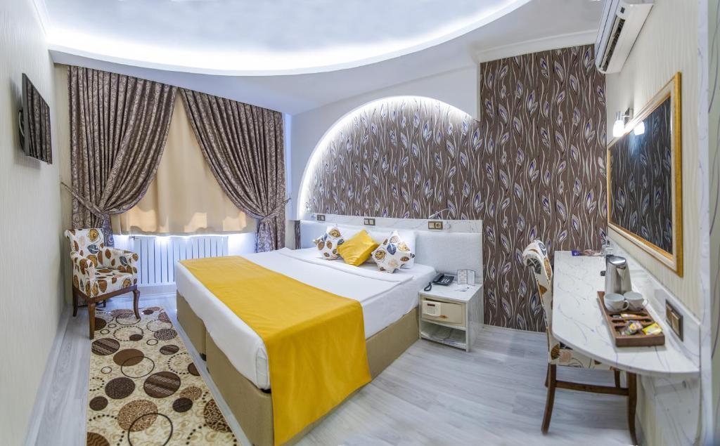 A bed or beds in a room at Dündar Hotel