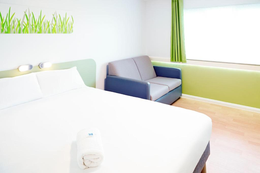 A seating area at ibis budget Knutsford