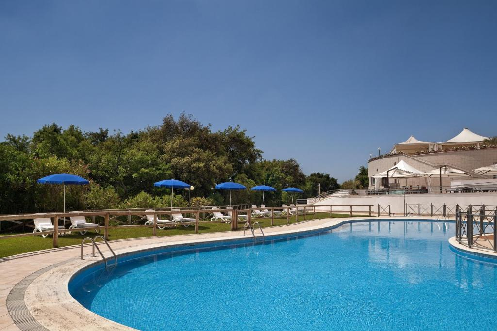 Baseinas apgyvendinimo įstaigoje Hotel Roma Aurelia Antica arba netoliese