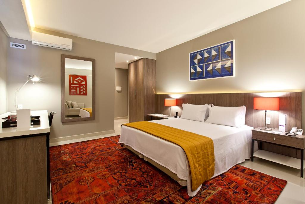 Cama ou camas em um quarto em San Diego Suites Veredas Sete Lagoas