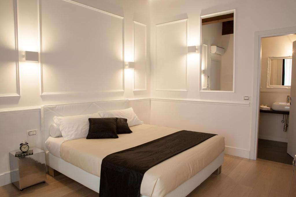 A bed or beds in a room at Guicciardini 24