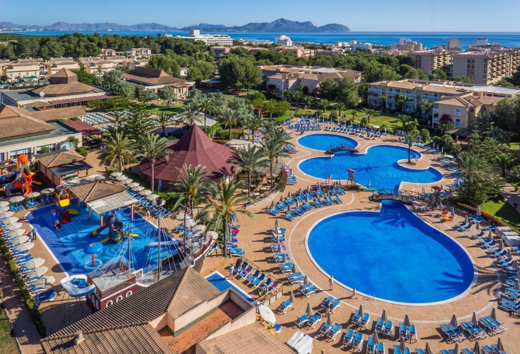 Vue sur la piscine de l'établissement Zafiro Can Picafort ou sur une piscine à proximité