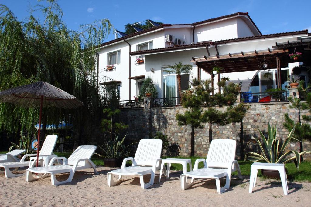 Piscina de la sau aproape de Vila Raluca