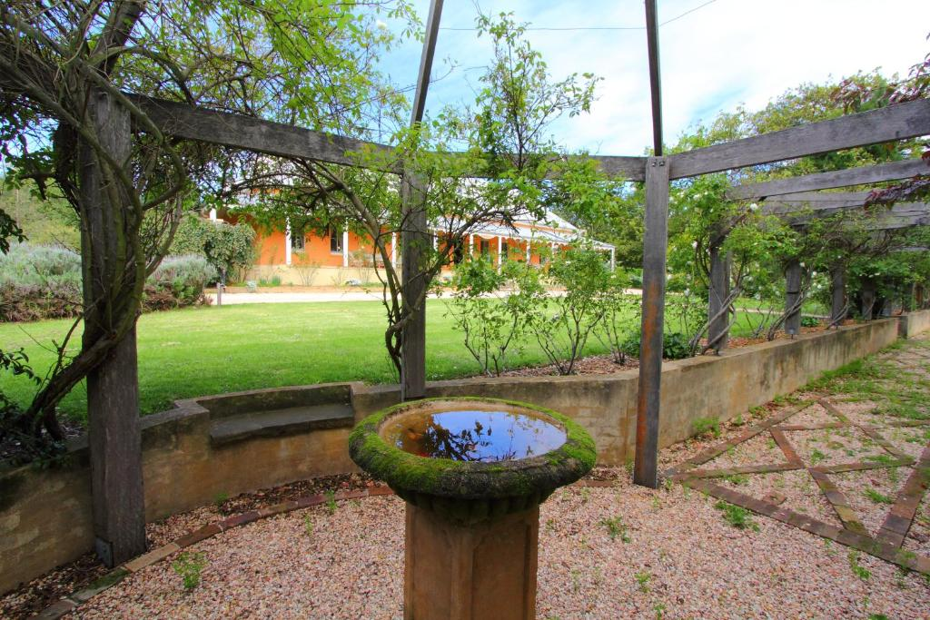 A garden outside Fitzroy Inn Historic Retreat Mittagong