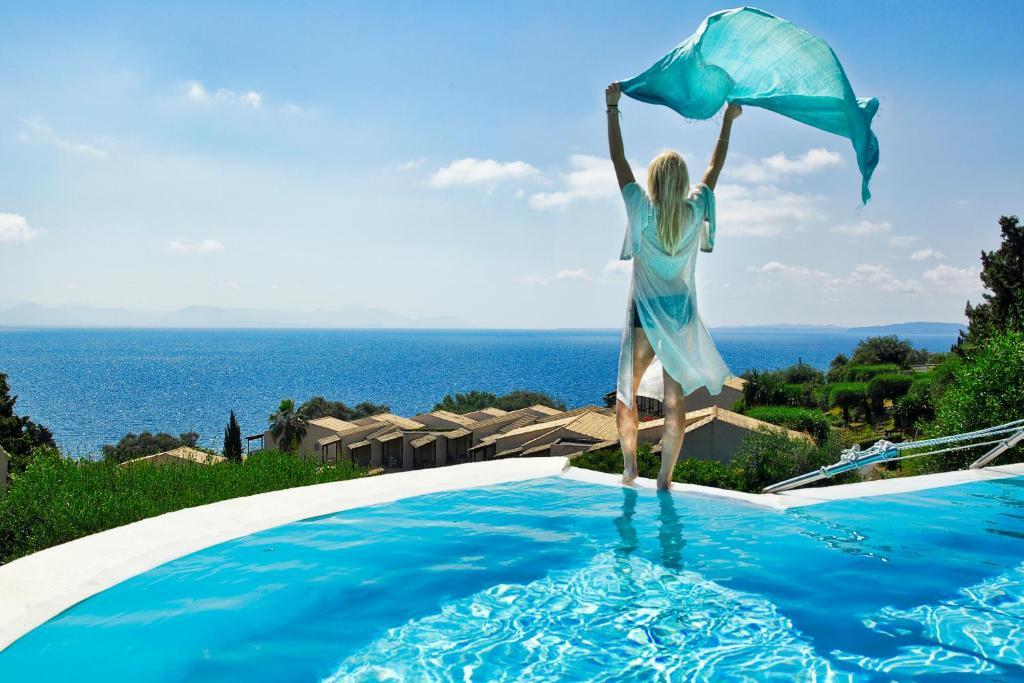 La pileta dentro o cerca de Aeolos Beach Resort