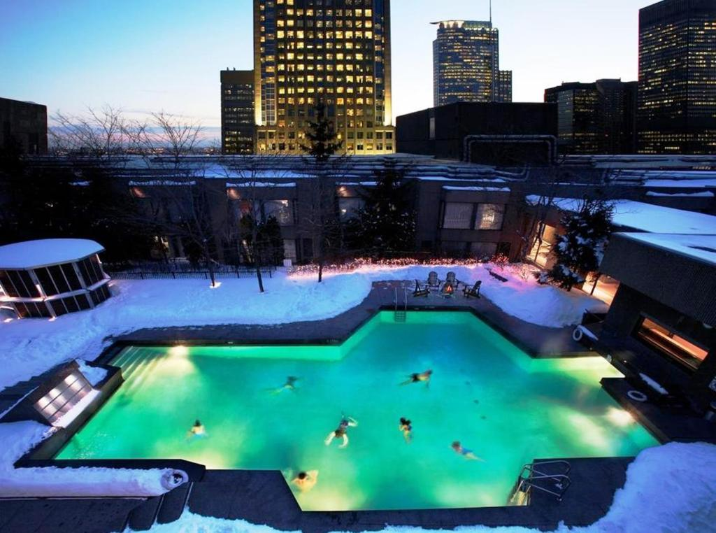 A view of the pool at Hotel Bonaventure Montreal or nearby