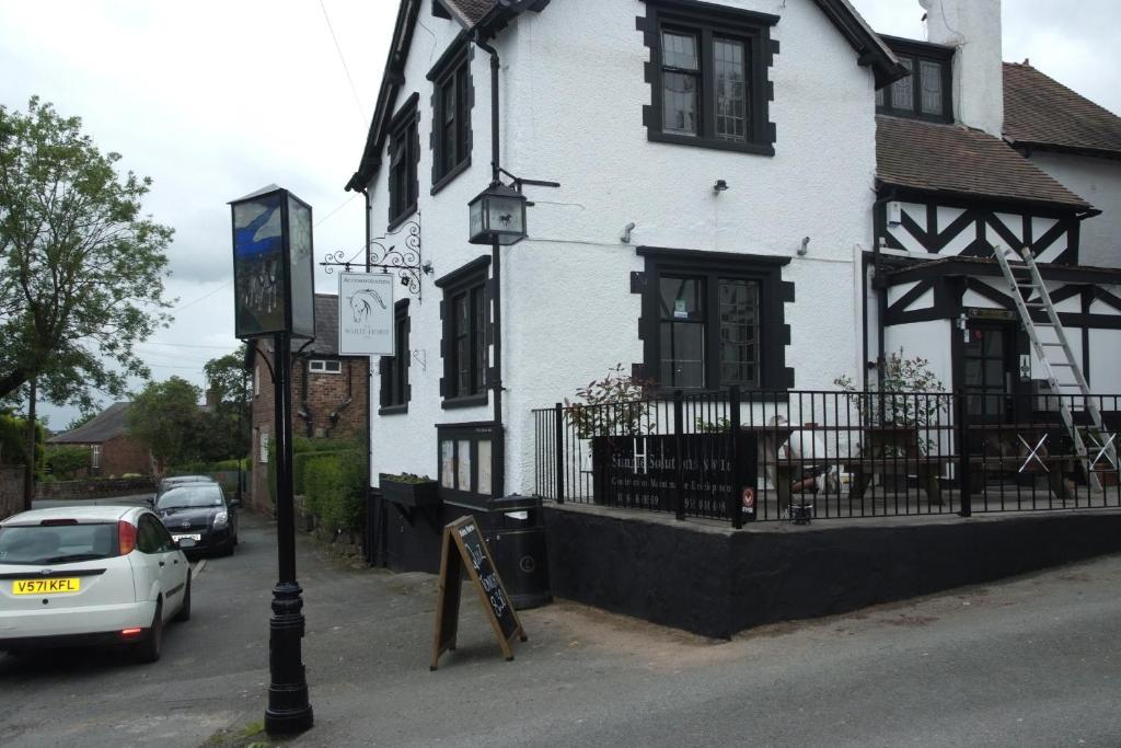 Obiekt White Horse Inn zimą