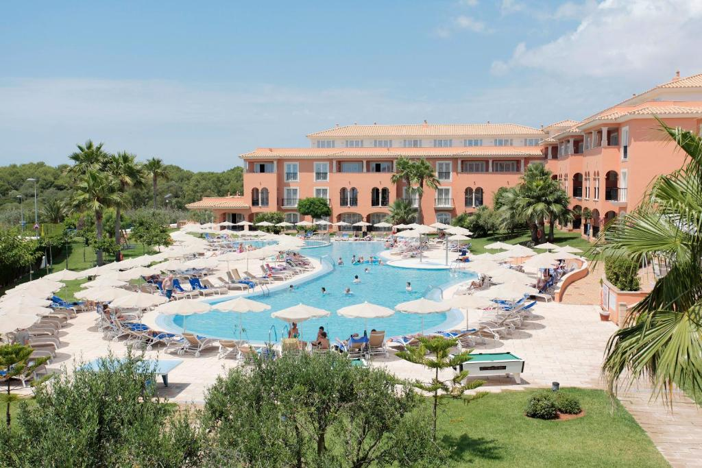 Vista sulla piscina di Grupotel Macarella Suites & Spa o su una piscina nei dintorni