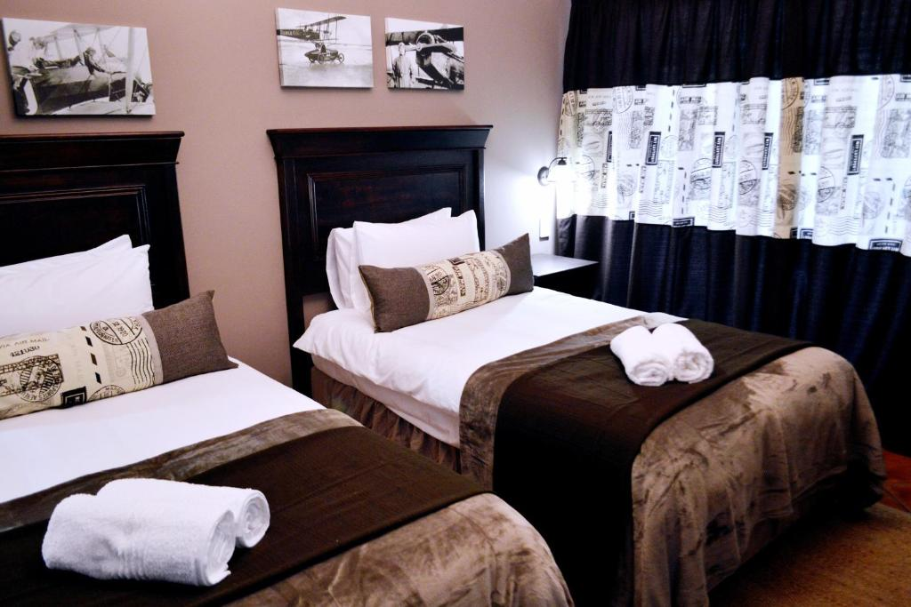 A bed or beds in a room at Barnstormers Rest