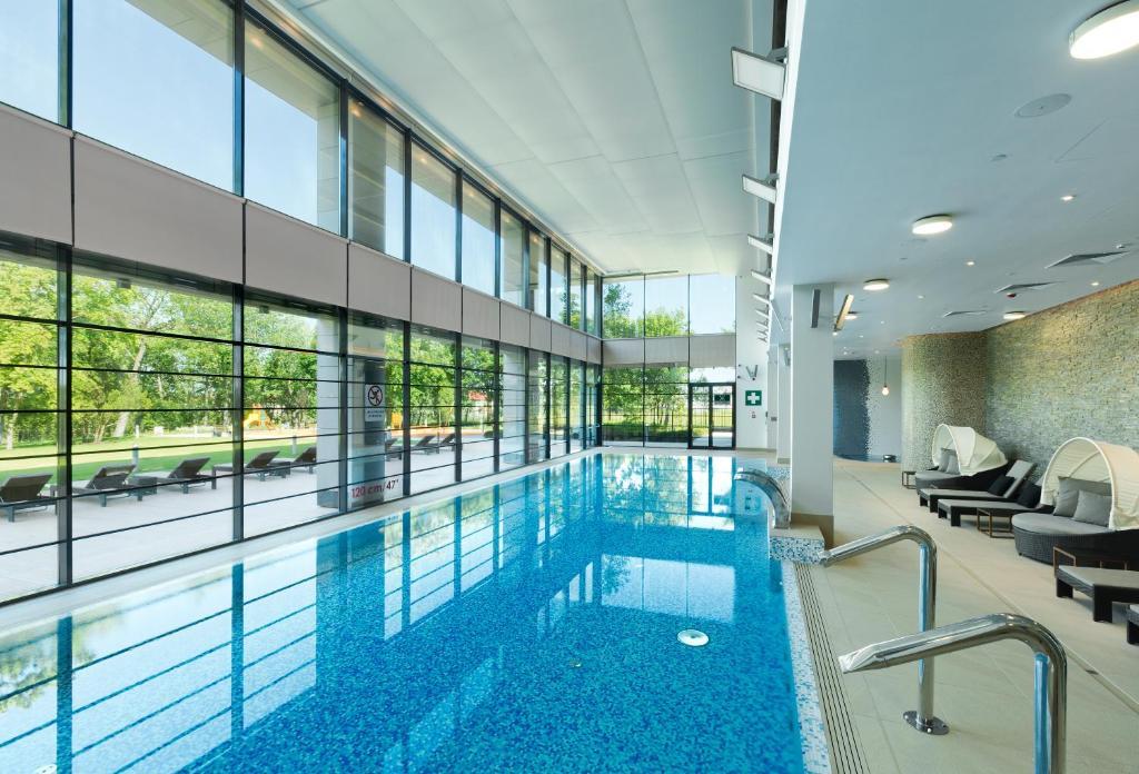 Basen w obiekcie DoubleTree by Hilton Hotel & Conference Centre Warsaw lub w pobliżu