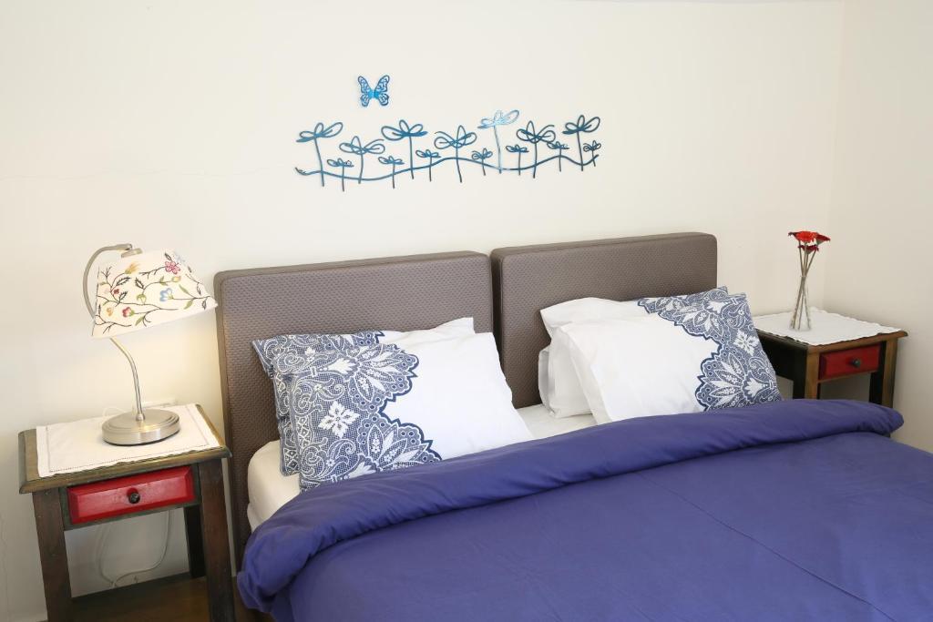 A bed or beds in a room at Korin's At the Dead Sea