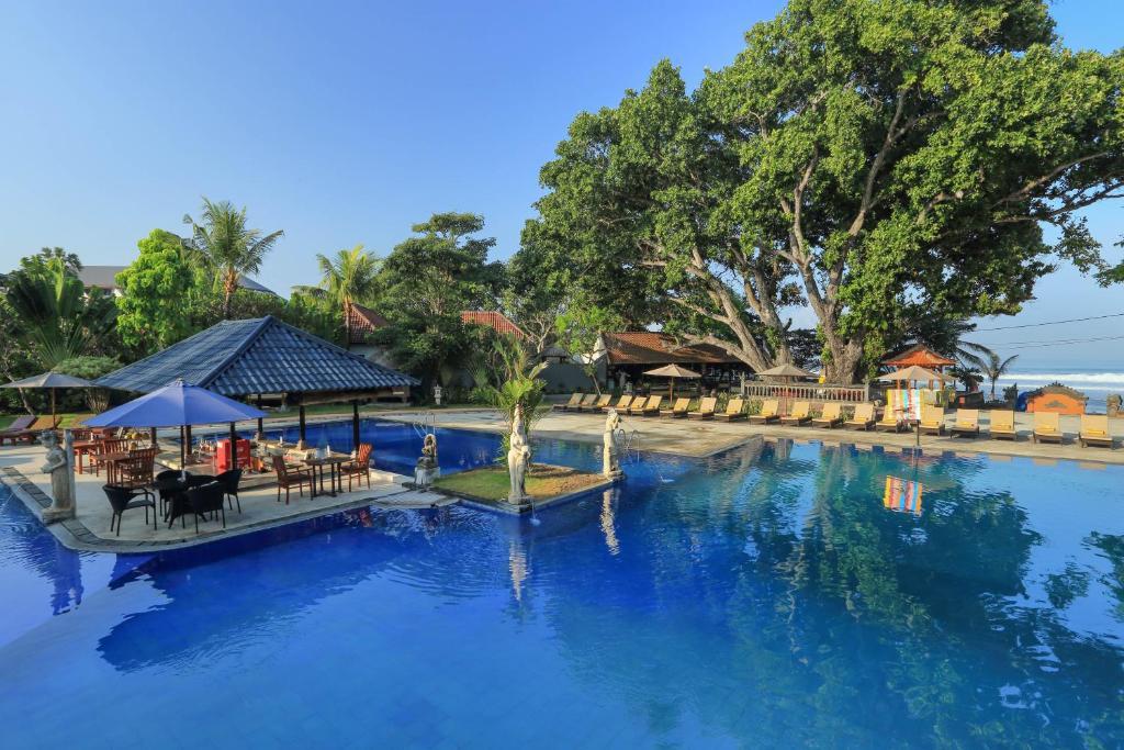 Het zwembad bij of vlak bij Puri Saron Hotel Seminyak