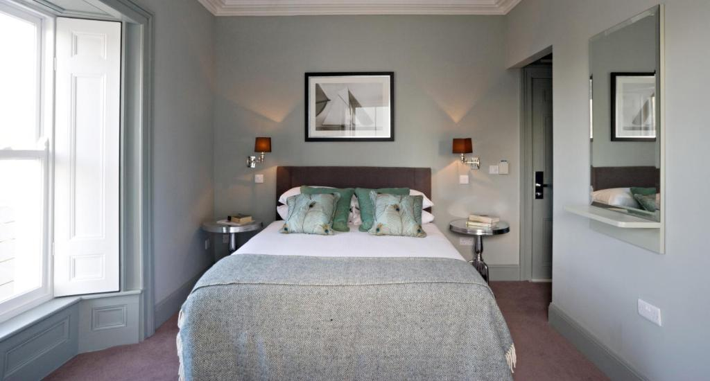 A bed or beds in a room at Tannery Townhouse
