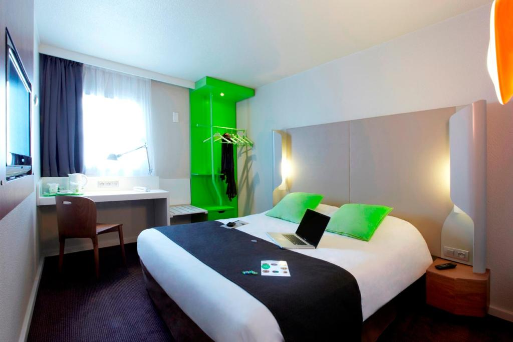 A bed or beds in a room at Campanile Toulouse Purpan