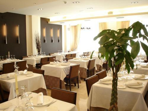 A restaurant or other place to eat at Hotel Asador H.M. Versus