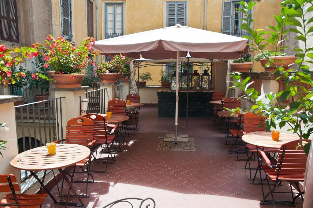 A restaurant or other place to eat at Hotel Le Clarisse al Pantheon