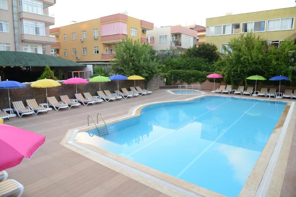 Бассейн в Ozgur Bey Spa Hotel или поблизости