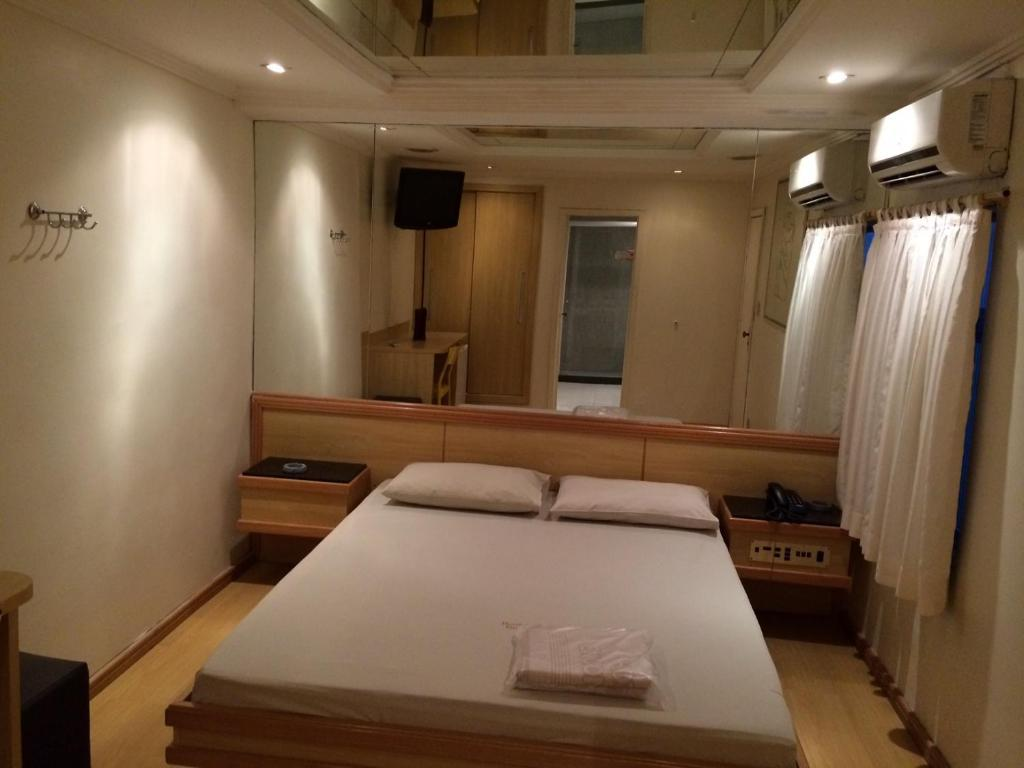 A bed or beds in a room at Hotel Encontros (Adult Only)
